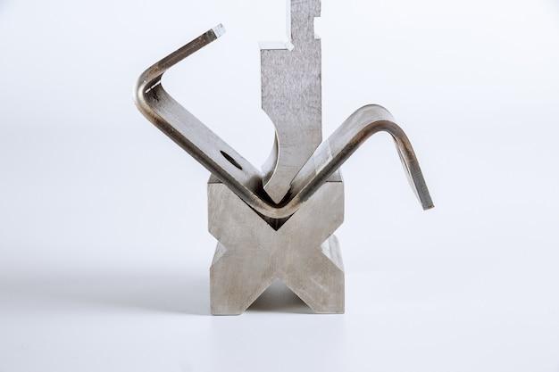 Strumento e attrezzatura di piegatura della lamiera sottile isolati su una priorità bassa bianca. curvatrice speciale