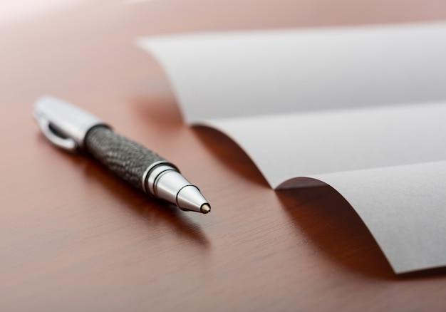 Foglio di carta e penna sul desktop