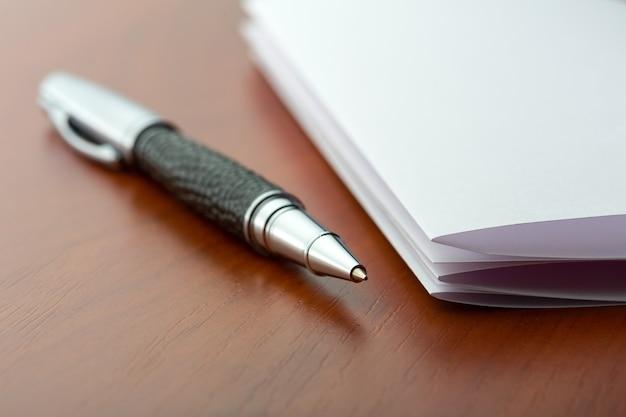 Foglio di carta e penna