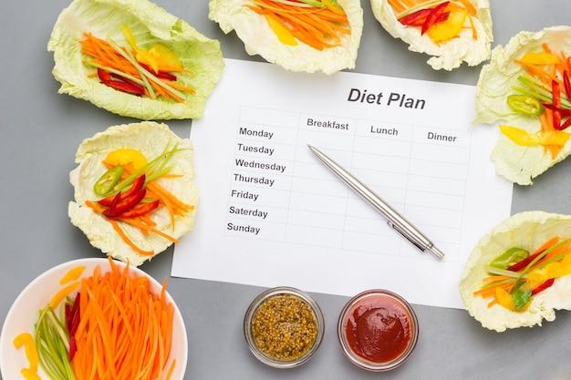 Foglio di carta con programma dietetico per una settimana con spuntini vegani