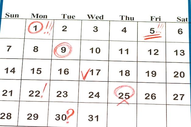 Foglio di calendario da parete con segno rosso il 25 dicembre - natale