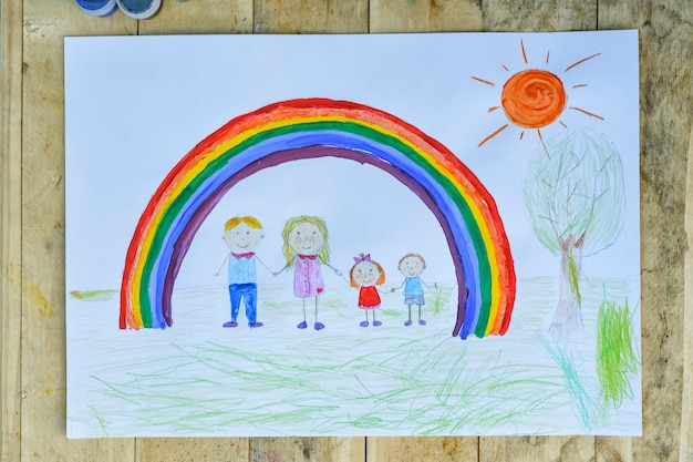 Foglio con genitori e figli si tengono per mano sotto un arcobaleno