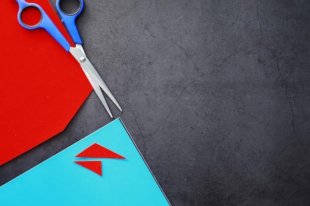 Fogli di carta colorata, tavolozza iridescente di carta colorata, colori dell'arcobaleno. vista dall'alto sul tavolo con carta colorata e forbici.