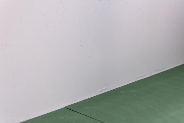 Fogli ecologici sottopavimento per laminato e parquet sono impilati sul pavimento, isolamento naturale da specie di conifere