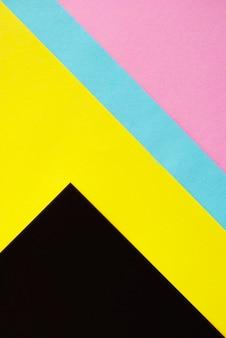Fogli di carta multicolore piegati uno per uno e formavano linee parallele diritte. pop art.