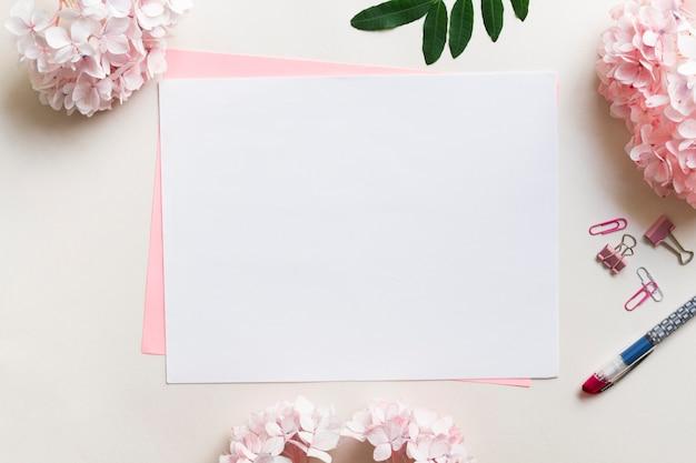 Fogli di carta circondati da fiori Foto Premium
