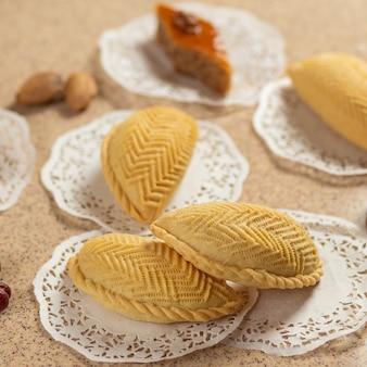 Shekerbura, cibo nazionale azero con baklava da vicino