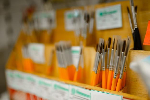 Scaffale con pennelli in cartoleria
