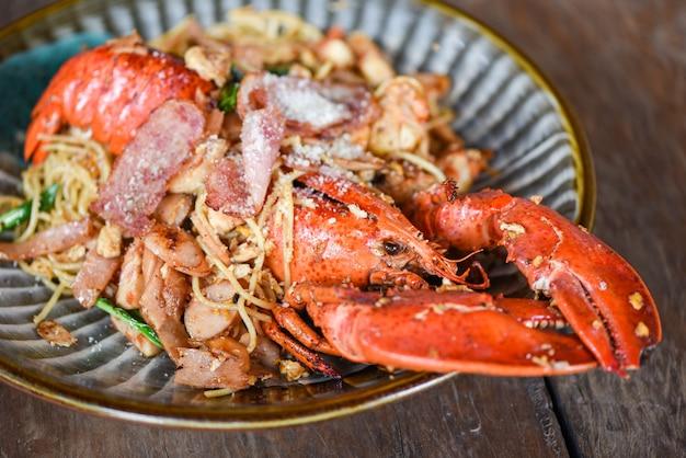 Piatto di frutti di mare di crostacei con aragosta