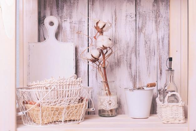 Ripiani nella rastrelliera in cucina in stile shabby chic