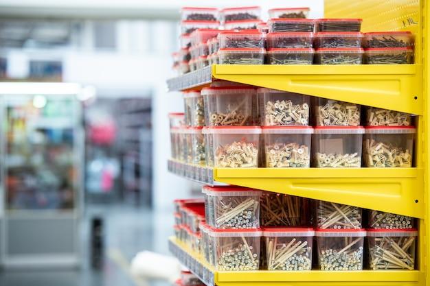 Scaffali con chiodi in pile di contenitori di plastica in ferramenta