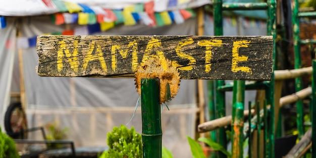 Scudo con scritta la parola indiana namaste all'ingresso nella caffetteria. concetto di viaggio, turismo e vacanza. foto d'archivio.