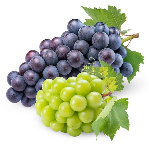 Shine muscat grape e kyoho grape con foglie isolate su bianco