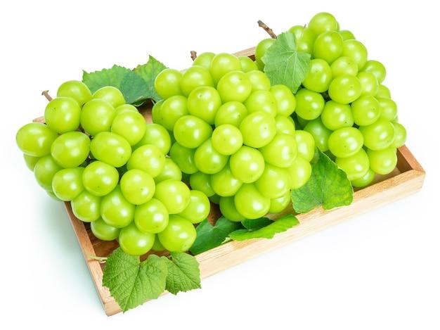 Shine muscat grape in scatola di legno isolato su bianco