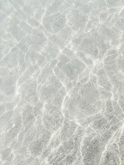 Acqua blu brillante in mare. estate e concetto di viaggio