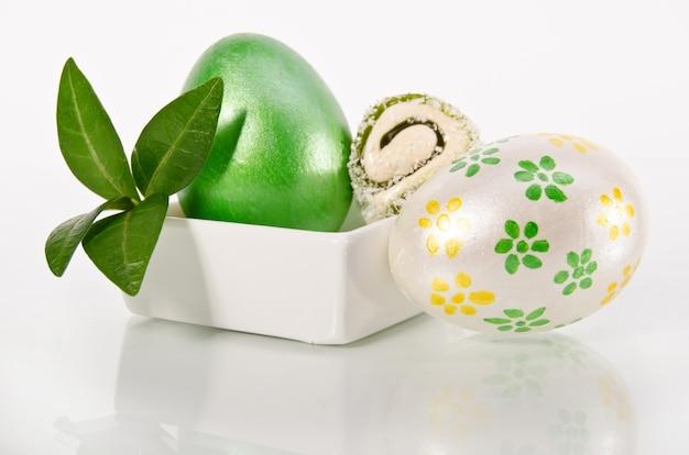 Uovo di pasqua lucido su bianco