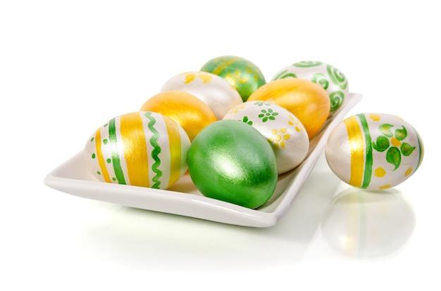 Uova di pasqua lucide su bianco