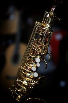 Sassofono contralto dorato lucido con vista dettagliata dei tasti