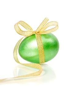 Uovo di pasqua verde lucido su bianco