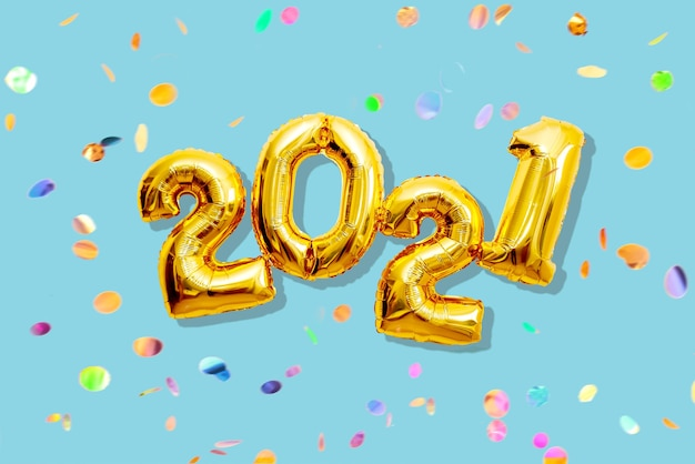 Numeri brillanti 2021 con coriandoli multicolori, concetto di felice anno nuovo tonalità pastello piatte.