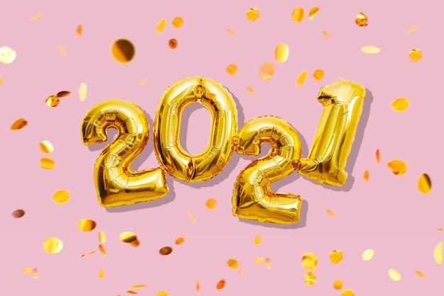 Numeri lucidi con coriandoli multicolori, concetto di felice anno nuovo