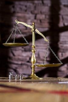 Vecchie bilance lucide, simbolo di giustizia