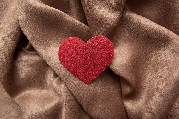Cuore di san valentino lucido su tessuto marrone sgualcito