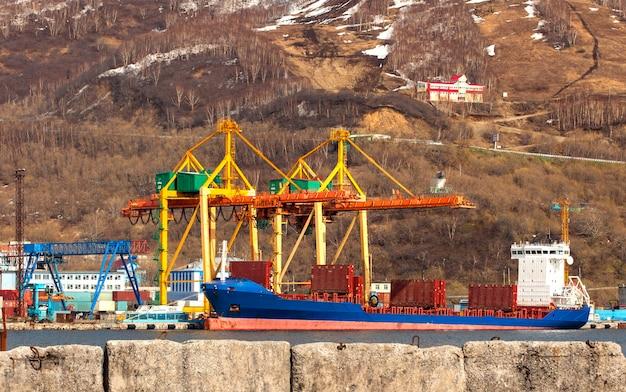 Contenitori della nave al porto marittimo della baia di avacha sulla penisola di kamchatka