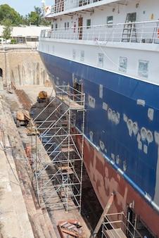 Spedisca in bacino di carenaggio sull'iarda di riparazione della nave