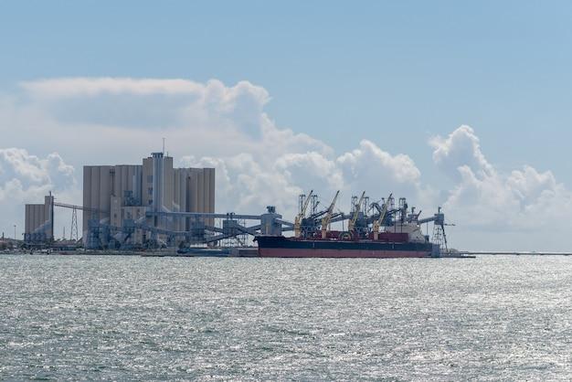Caricamento della nave sull'elevatore di grano