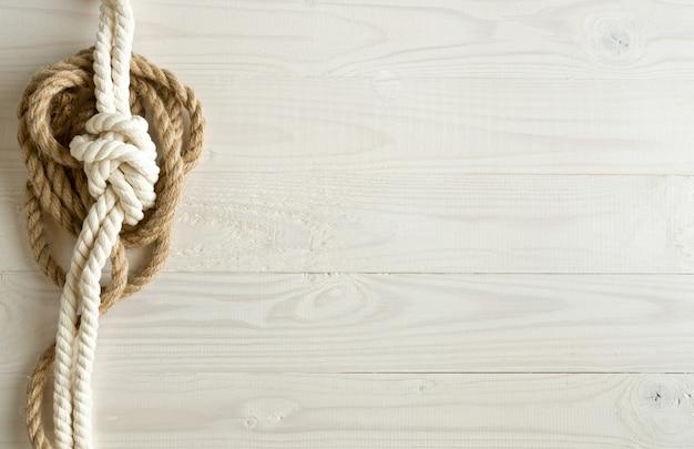 Corde della nave su fondo di legno bianco