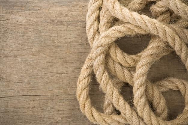 Corde della nave su struttura di legno del fondo