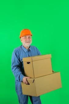Uomo di spedizione con scatola di cartone uomo barbuto con scatole fattorino con concetto di consegna scatole