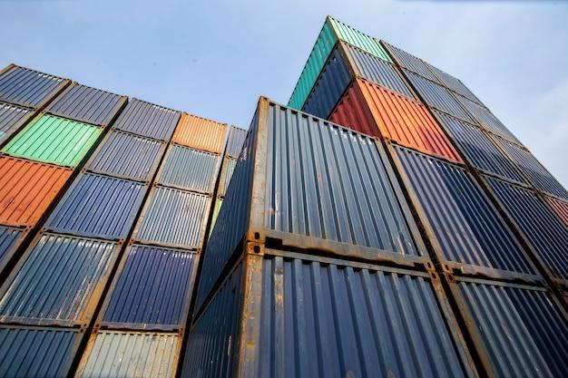 Caricamento del sito del container nel magazzino del porto logistico per attività di esportazione e importazione
