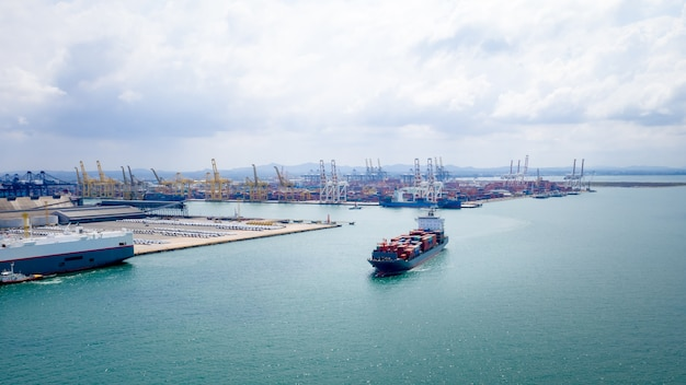 Logistica di container di spedizione importazione ed esportazione di mare aperto internazionale e sfondo del porto di spedizione