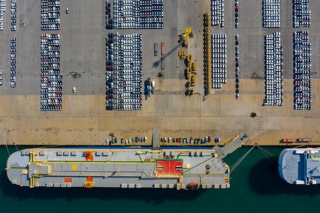 Spedizione caricando nuovi prodotti della linea di automobili dalla fabbrica per le esportazioni vista aerea internazionale dall'alto