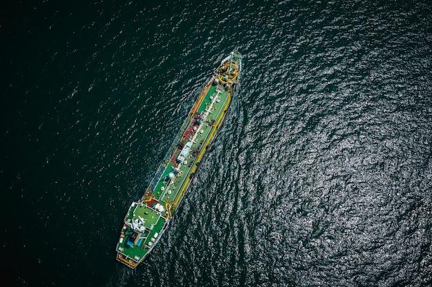 Spedizione petroliera ed industria petrolchimica import export internazionale per oceano