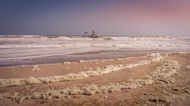 Un naufragio nel parco nazionale skeleton coast in namibia.