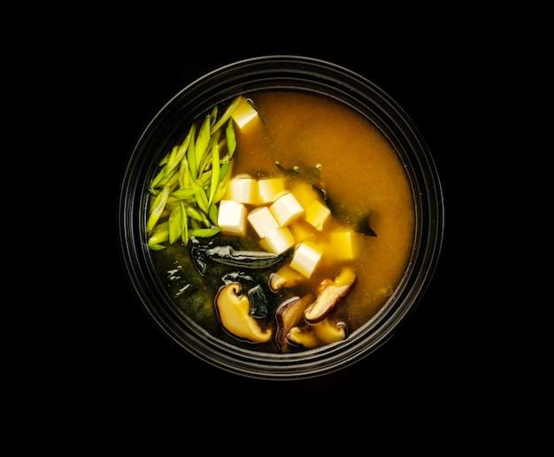 Shiro miso con noodles e funghi shiitake