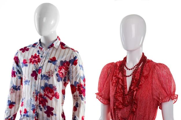 Camicia e sarafan sui manichini. manichini in abbigliamento estivo alla moda. idea outfit per giovani coppie. capi per uomo e donna.