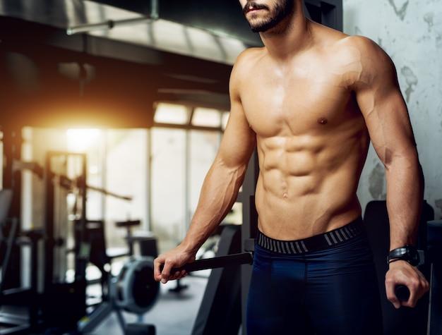 Ragazzo senza camicia che risolve i muscoli addominali.