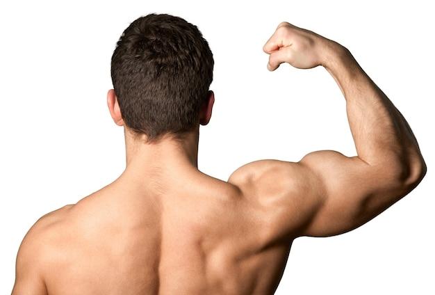 Maschio a torso nudo che flette il muscolo bicipite