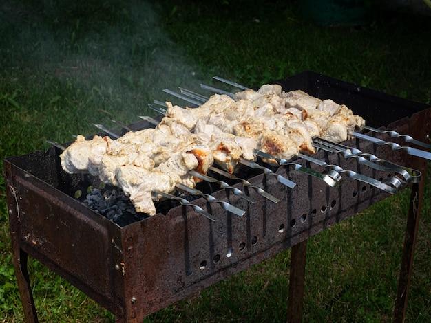 Shish kebab arrostito alla griglia. festa barbecue. avvicinamento. Foto Premium