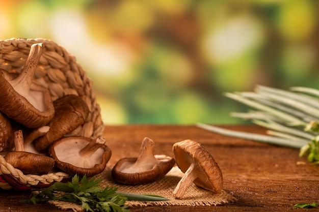 Fungo shitake su sfondo di legno