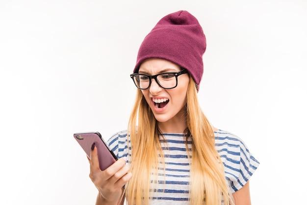 Giovane donna frustrata scossa con il telefono