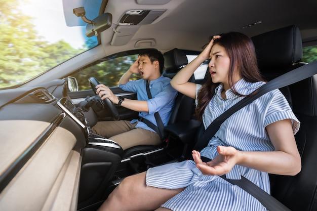 Giovane coppia scioccata e spaventata mentre guida un'auto