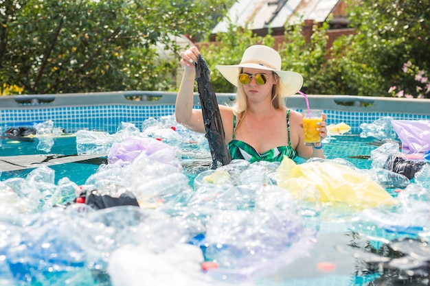 Donna scioccata in una piscina sporca.