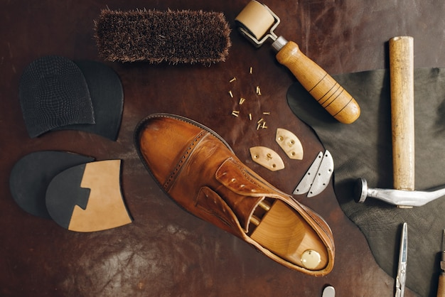 Professione calzolaio, attrezzatura per il servizio di riparazione di calzature footwear