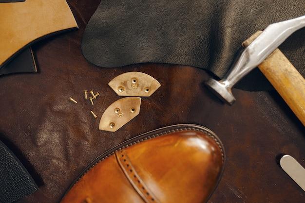 Posto di lavoro di calzolaio, servizio di riparazione di calzature