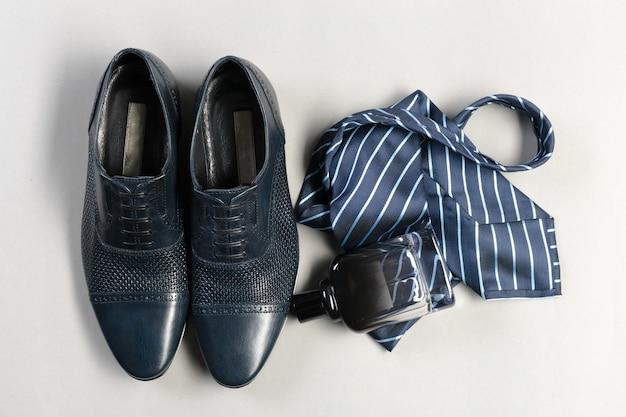 Scarpe e accessori per uomo giacevano sul pavimento di legno
